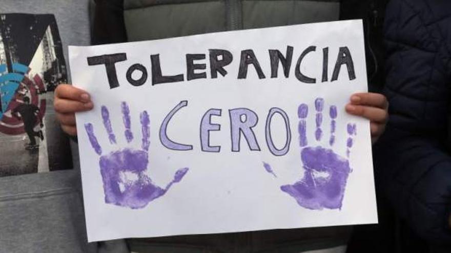 Pancarta contra la violencia en una concentración. EFE