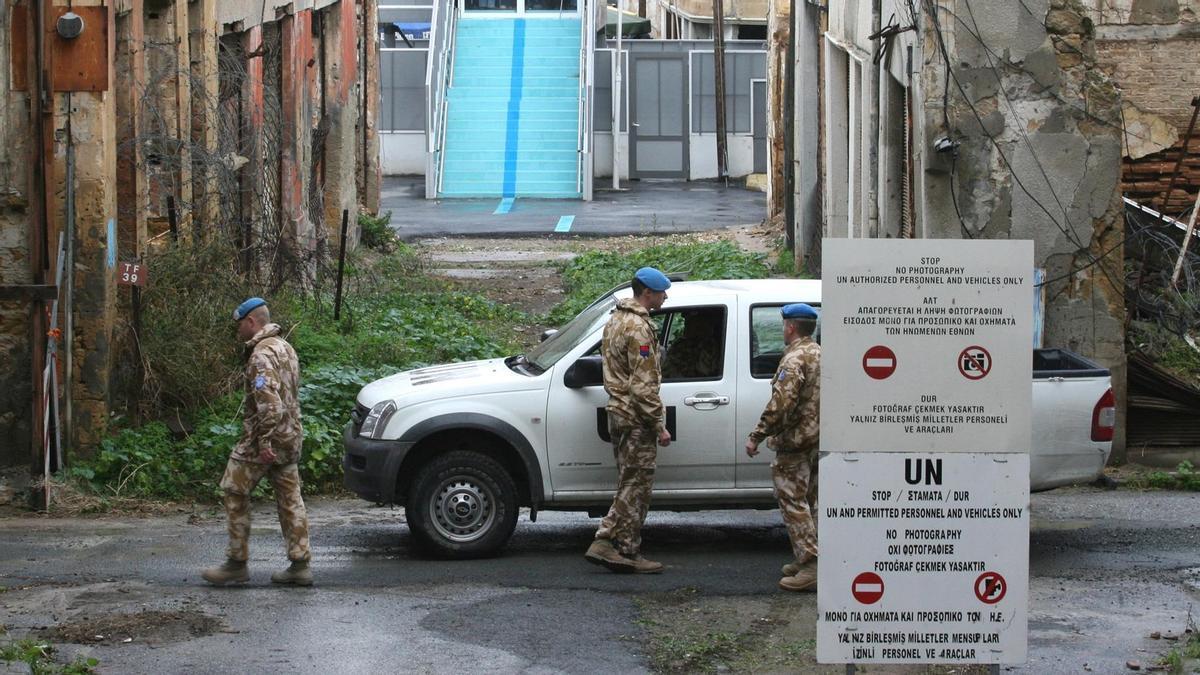 Soldados de la ONU en la Línea Verde que divide la isla de Chipre.