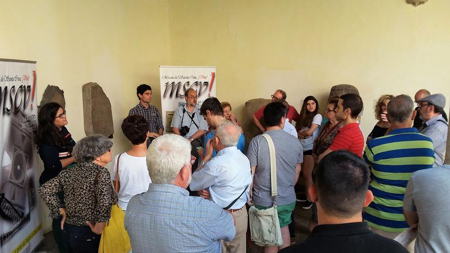 Sergio y Ángela, durante una de las visitas guiadas gratuitas en el Museo de Santa Cruz