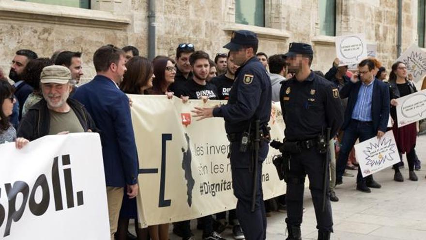 Un agente de la Policía Nacional dialoga con Maria Josep Amigó durante la concentración frente a las Corts