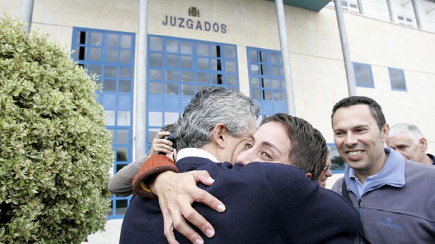 De Onalia Bueno y Francisco González (PP) al salir del Juzgado en enero de 2007 #5