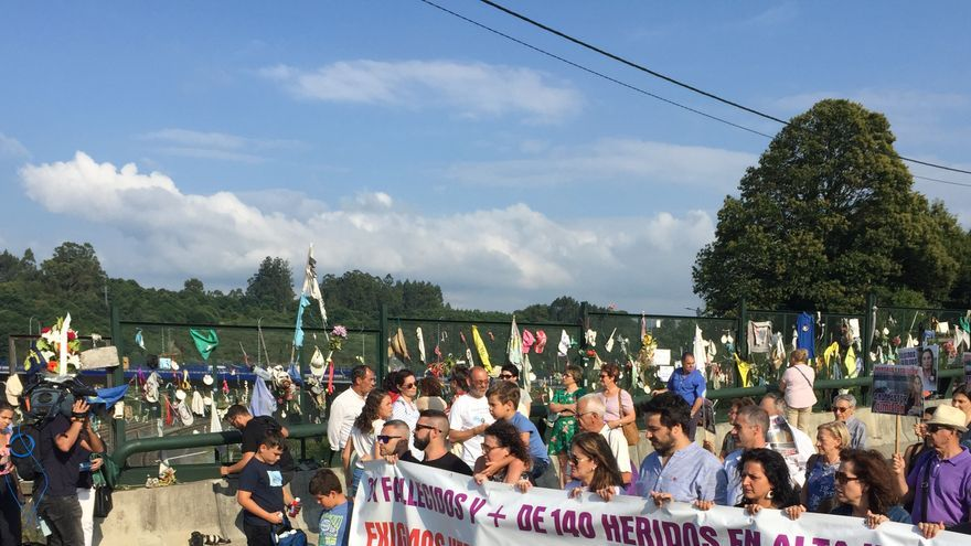Llegada de las víctimas del Alvia a la curva de Angrois en el quinto aniversario del accidente