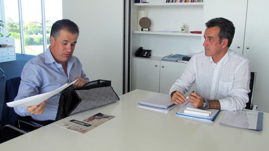 El alcalde de El Astillero (izquierda), en la reunión con el consejero, Francisco Martín