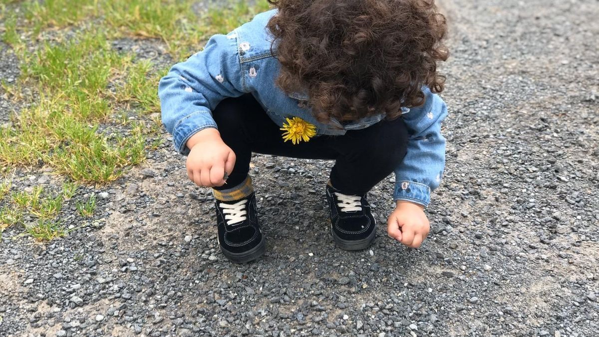 Una niña en la calle en la desescalada en Galicia el 14 de mayo de 2020.
