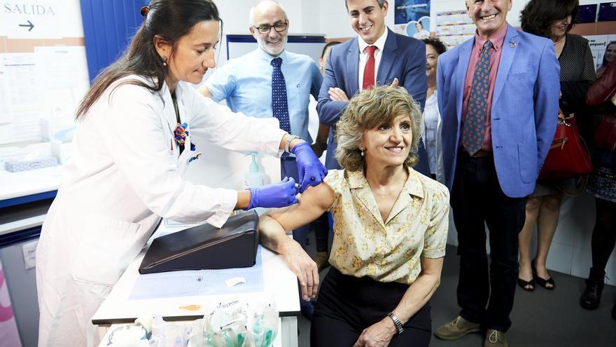 La ministra de Sanidad se vacuna de la gripe en Santander y anima a la ciudadanía a hacerlo