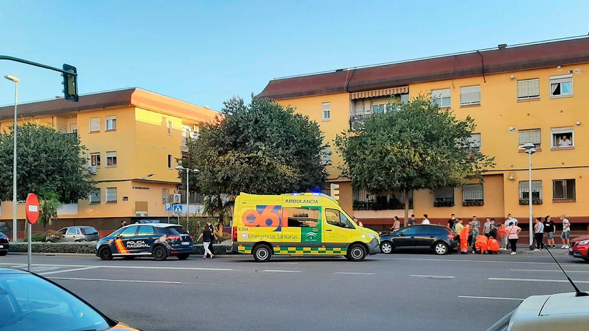 Ambulancia y Policía Nacional en el lugar del accidente