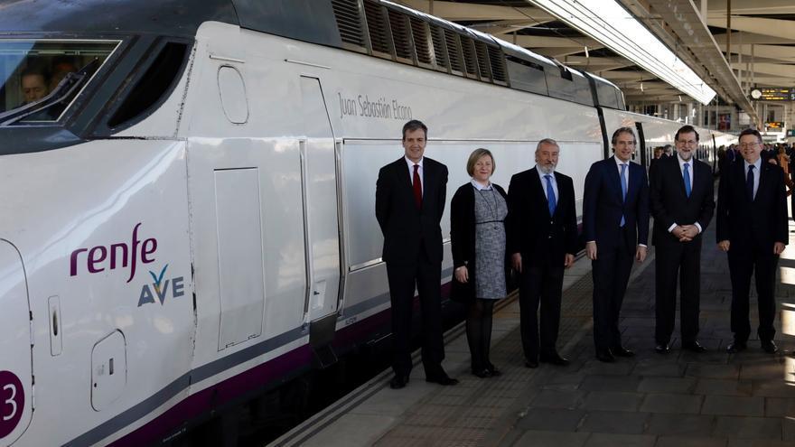 Mariano Rajoy, con Ximo Puig en la estación de Valencia para el estreno del AVE a Castellón.