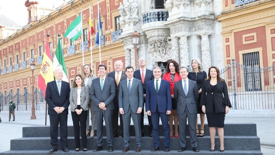 El nuevo Gobierno andaluz elige la fachada de San Telmo para su primera foto de familia