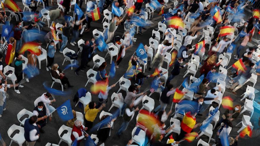 Simpatizantes del PP comienzan a llegar a Génova para celebrar la victoria