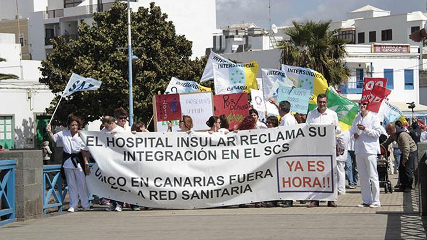 Manifestación en Arrecife por la integración del Hospital Insular de Lanzarote en el SCS (DE LA CRUZ)
