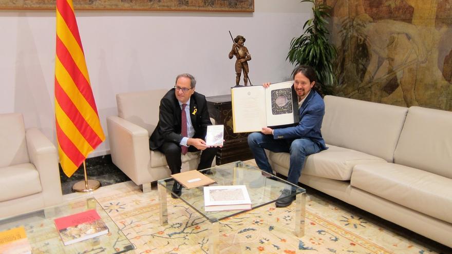 Torra e Iglesias intercambian un libro de Chaves Nogales y una litografía sobre Mauthausen