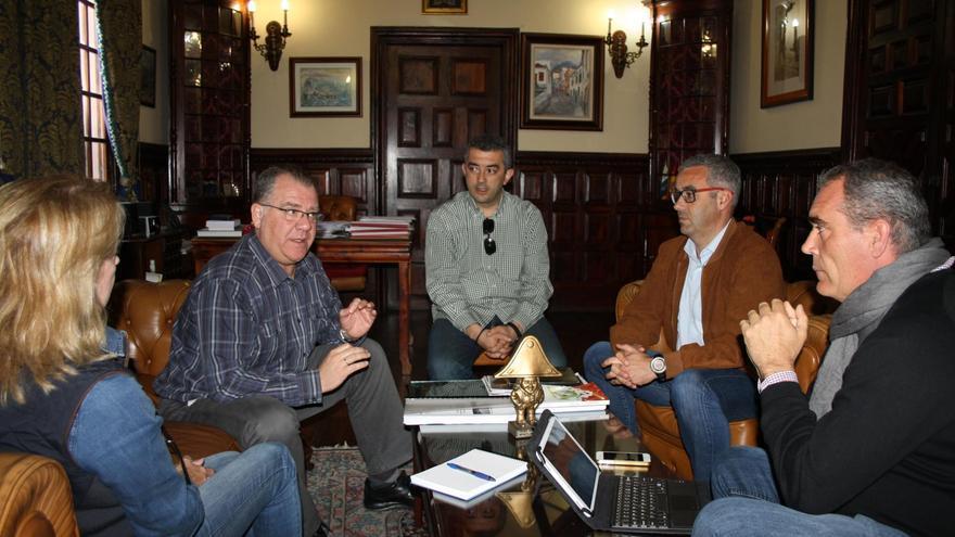 Reunión  Cabildo-Ayuntamiento de Santa Cruz de La Palma para analizar la estrategia de planificación de la capital.
