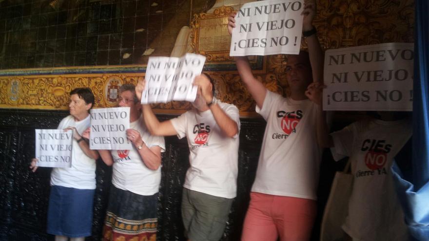 Protesta en el pleno del Ayuntamiento de Algeciras que en julio aprobó el protocolo general para la construcción del nuevo CIE