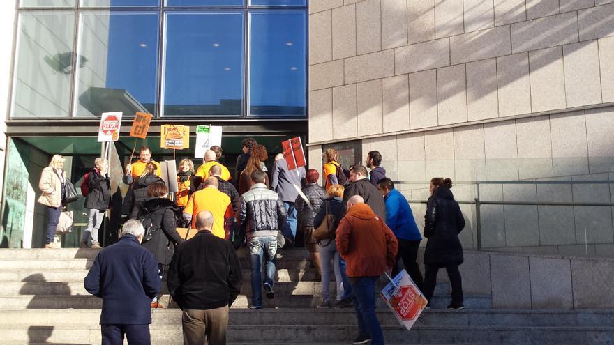 Varios de los demandantes entran a declarar en la vista previa al juicio contra Kutxabank.