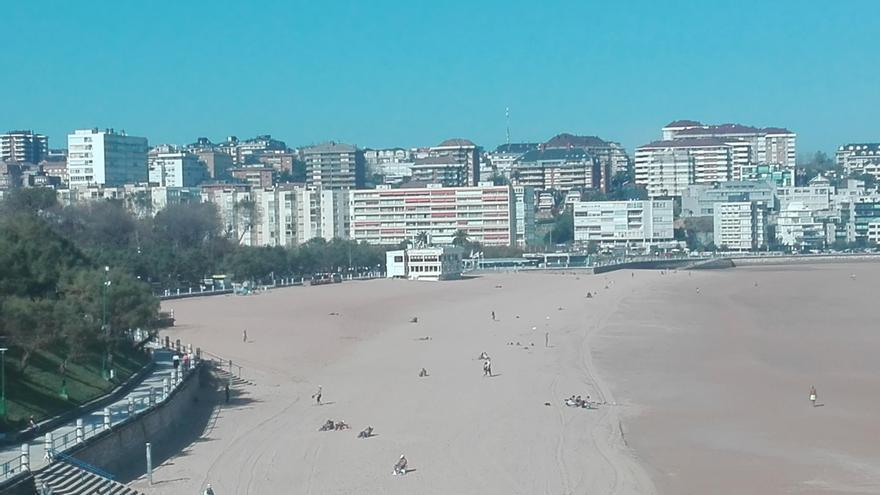Segunda playa de El Sardinero desde los Jardines de Piquío.   DESMEMORIADOS