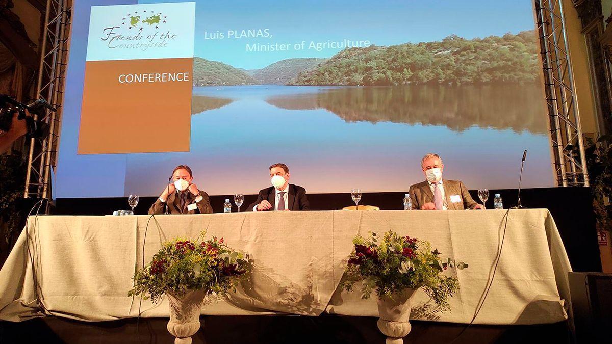 Luis Planas (centro) en la conferencia.