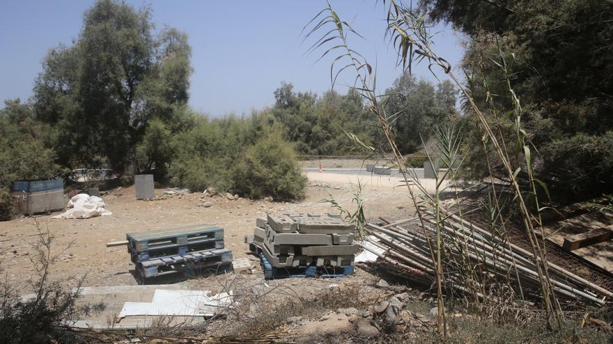 Material de construcción abandonado en el parque Tony Gallardo de Maspalomas.
