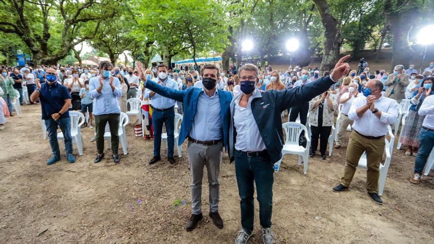El presidente de la Xunta de Galicia, Alberto Núñez Feijóo (i); y el líder del PP, Pablo Casado, en el acto de apertura del curso político del PP, a 29 de agosto de 2021, en Cerdedo-Cotobade, Pontevedra, Galicia, (España).