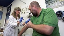 Dispensación de una vacuna contra la gripe en un centro de salud de Madrid.
