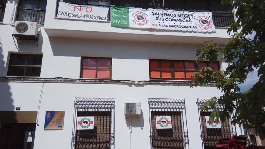 Los carteles en contra de la macrogranja cuelgan de varios edificios en Alpera