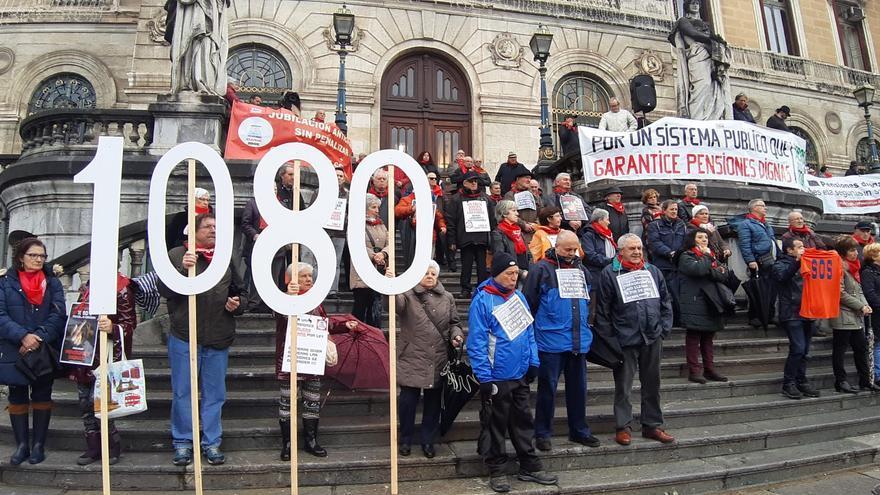 Pensionistas vascos durante su concentración número 100 frente al Ayuntamiento de Bilbao