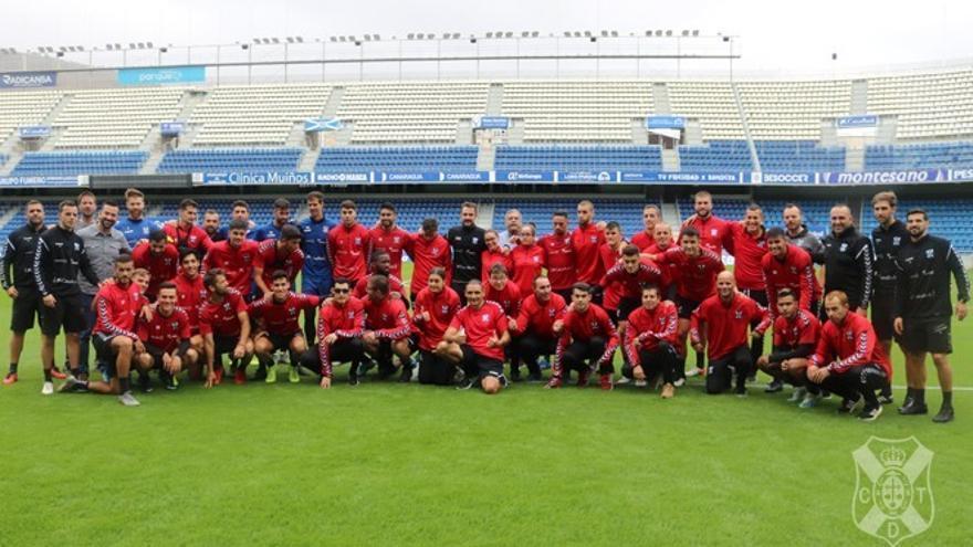 Jugadores del CD Tenerife y del EDI sobre el césped del Heliodoro.