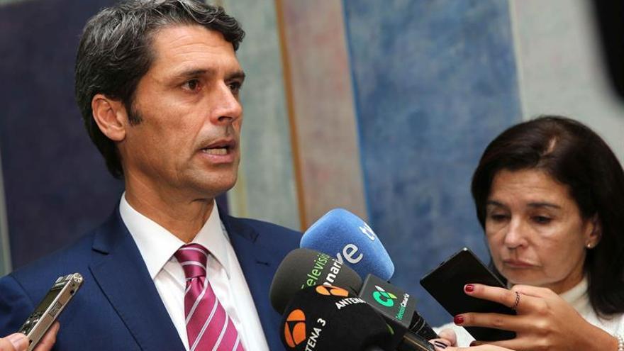 El delegado del Gobierno en Canarias, Enrique Hernández Bento, durante las declaraciones a los medios de comunicación sobre la patera en la que viajaban 49 personas, de las que 7 murieron durante la travesía y fueron arrojadas al mar.