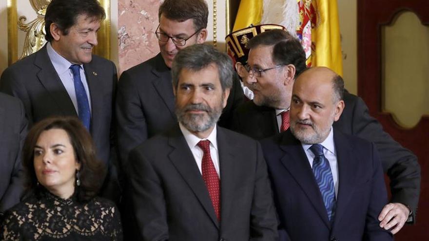 El jefe del Ejecutivo, Mariano Rajoy se dirige a Javier Fernández (i, detrás), presidente de la gestora del PSOE, en el acto conmemorativo de la Constitución Española del 6 de diciembre.
