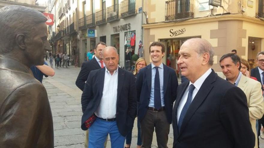 Jorge Fernández Díaz y Pablo Casado en Ávila, ante la estatua de Adolfo Suárez. / PP