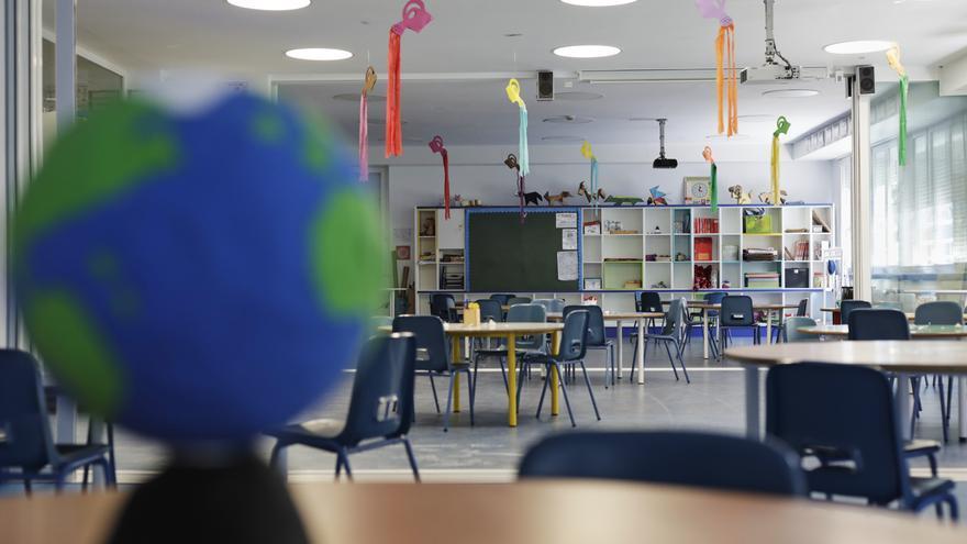 Un colegio privado de Madrid, con la reorganización de las sillas para mantener la distancia. / Jesús Hellín / Europa Press