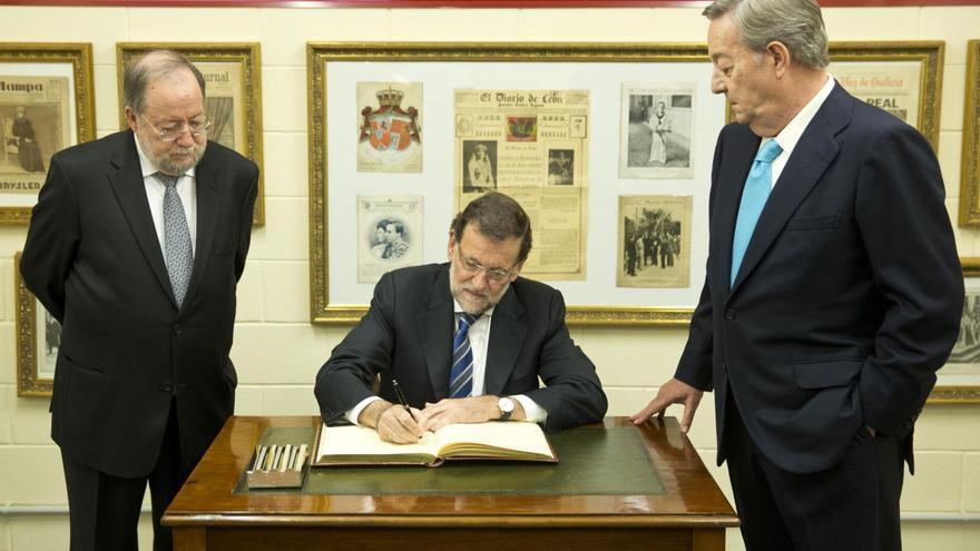 Rajoy, en la entrega en 2014 del premio de La Voz de Galicia a Barreiro Rivas, a quien elogió tres décadas después de la moción de censura y de su condena