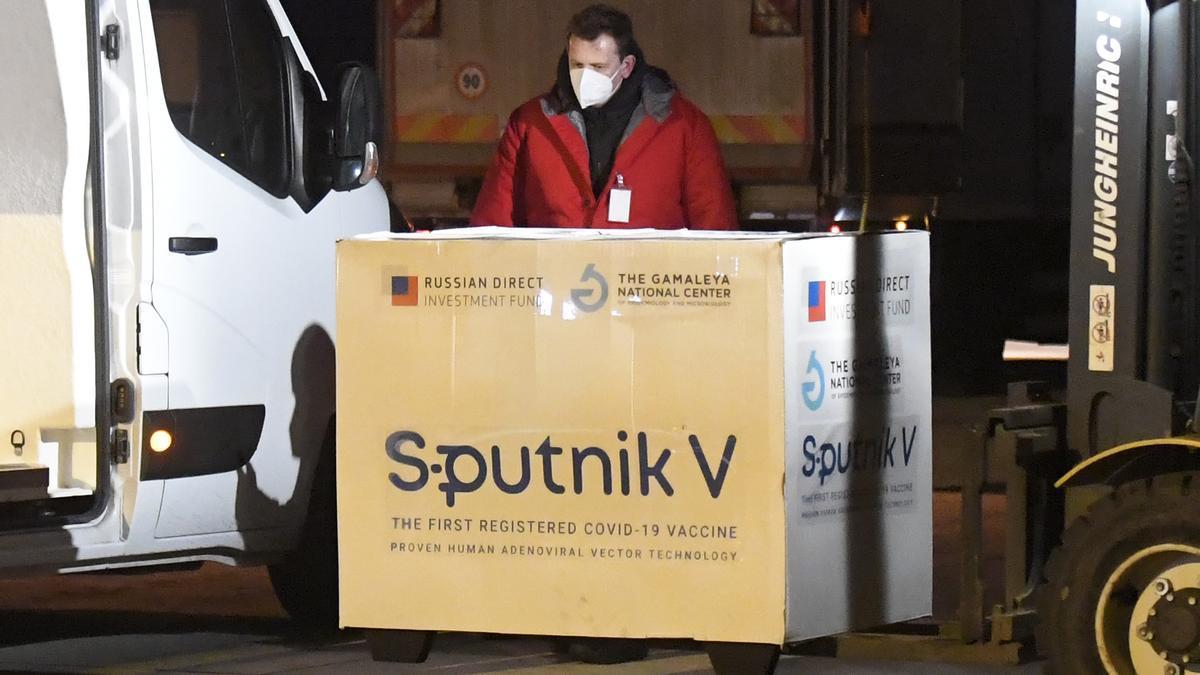 Descarga de un envío de vacunas Sputnik en el aeropuerto de Kosice en Eslovaquia el 1 de marzo.