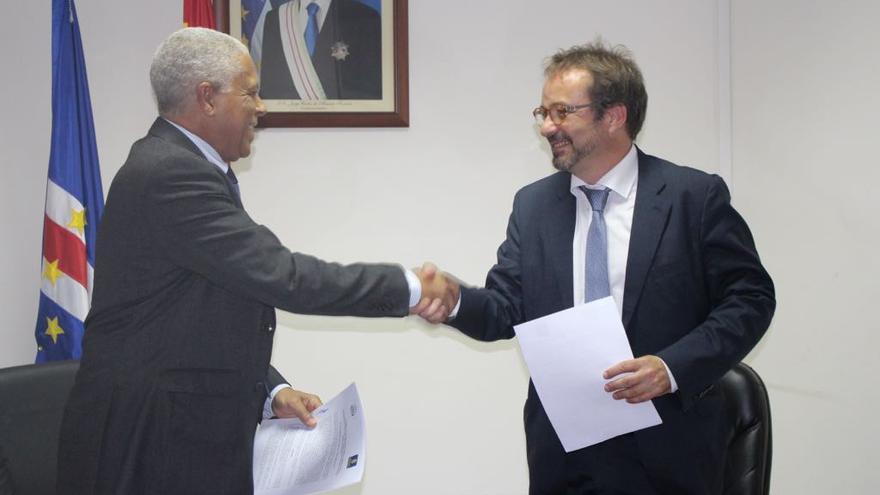 El consejero de Desarrollo Económico del Cabildo grancanario, Raúl García Brink, y el ministro de Economía del país africano, José da Silva, en Praia, la capital caboverdiana.