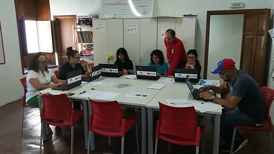 Participantes del proyecto 'Apoyo al Empleo + 45'  haciendo uso de los nuevos ordenadores portátiles.