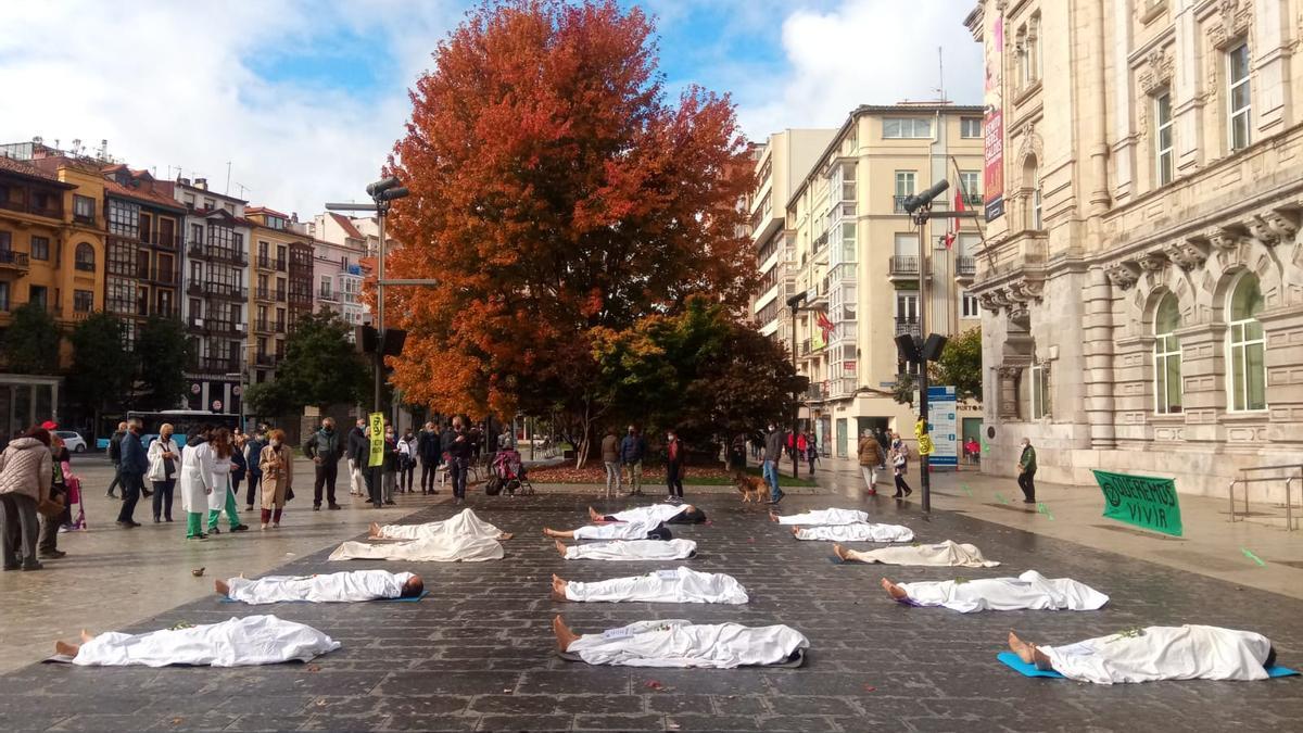 Performance de Extinction Rebellion frente al Ayuntamiento de Santander.