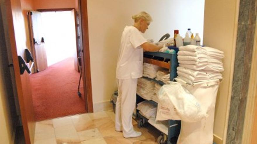 Una camarera de piso, durante su jornada de trabajo