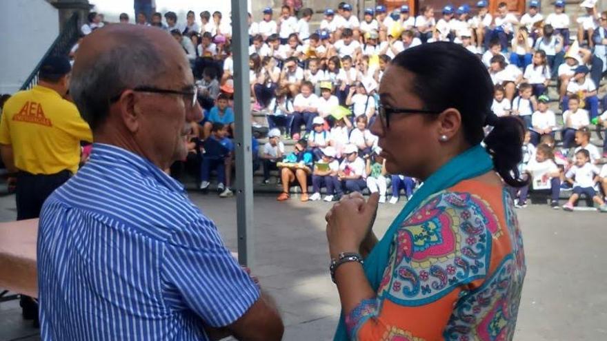Domiciano Yanes y Carmen Brito, consejera  de Emergencias y Participación Ciudadana del Cabildo de La Palma.