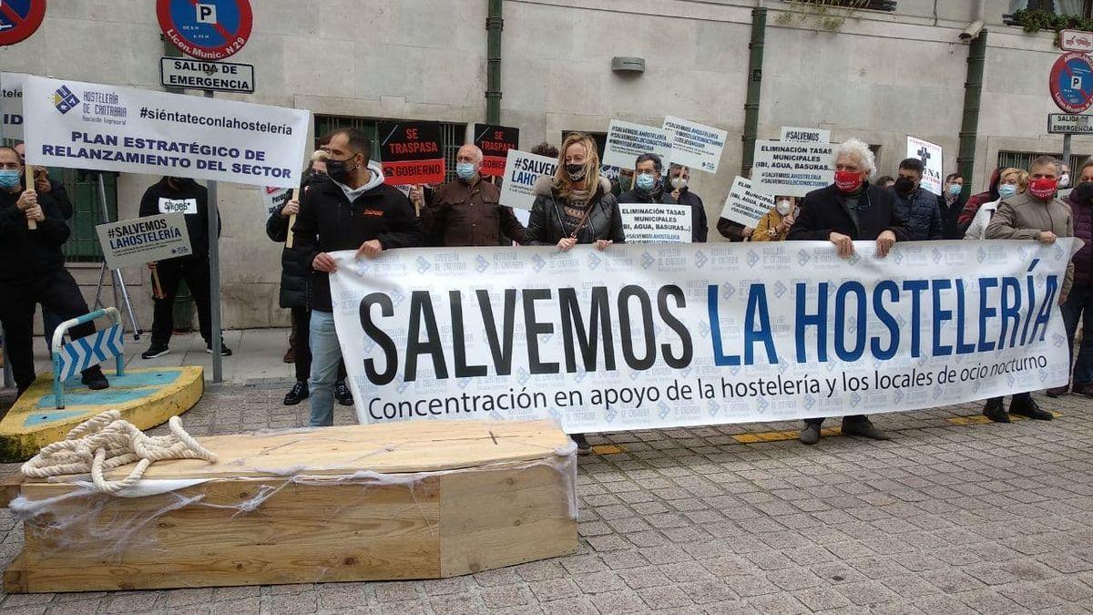 Ataúdes en la protesta de hosteleros de Cantabria