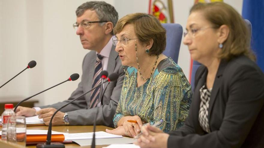 La consejera de Sanidad, entre Julián Pérez y María Cruz Reguera, informando en la rueda de prensa. | Miguel López