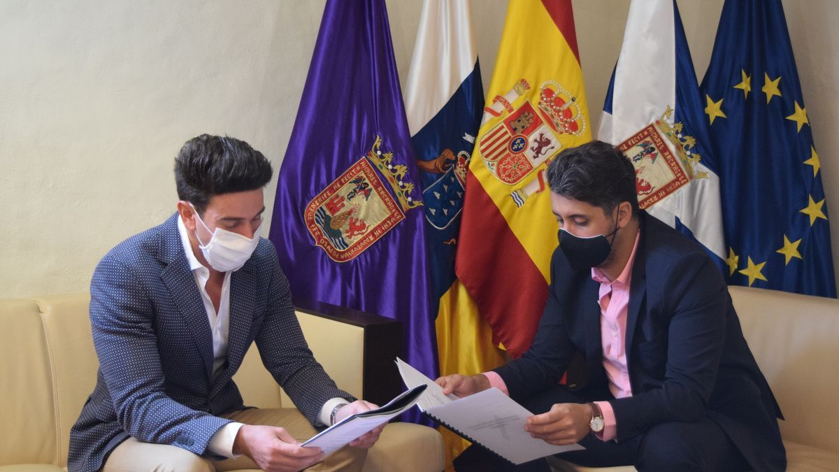 El presidente de la Comisión de Transparencia, Alfredo Gómez, presenta el borrador del reglamento del órgano al alcalde de La Laguna,  Luis Yeray Gutiérrez