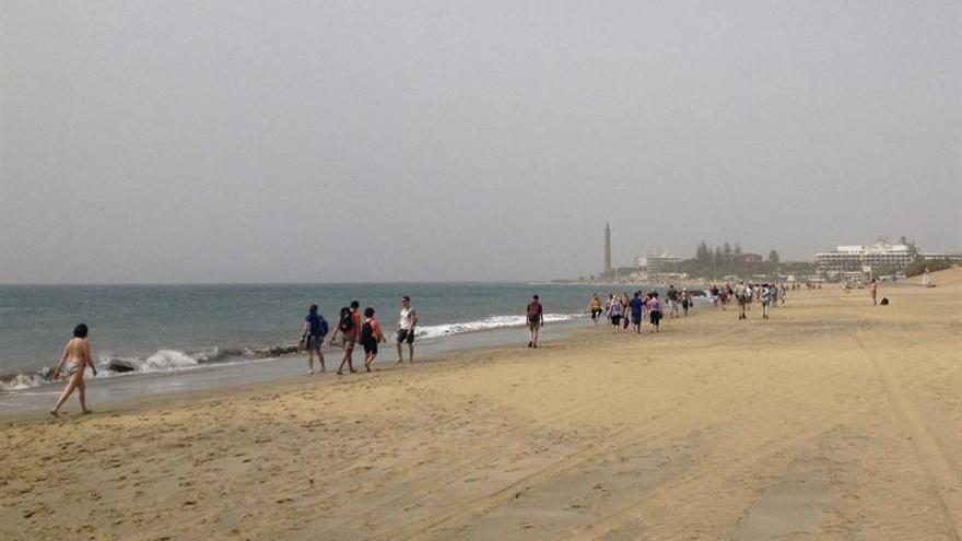 Vista de la playa de Maspalomas con una intensa calima provocada por el polvo del Sáhara que los vientos del este desplazan hacia las islas. Foto: Chema Rodríguez/ EFE