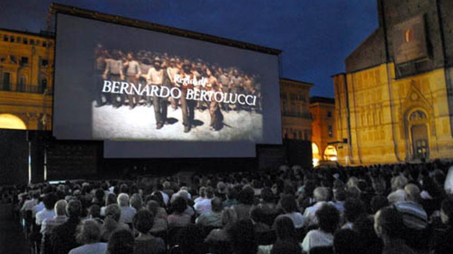 Las proyecciones nocturnas de películas al aire libre son habituales en muchas ciudades en los meses de verano.