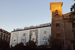 La fachada de los Cines Luna ha sido tapado por completo con publicidad pegada de la firma | Foto: A.P