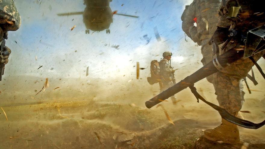 Un helicóptero toma tierra para evacuar a unos soldados norteamericanos en la provincia afgana de Paktika en 2009.