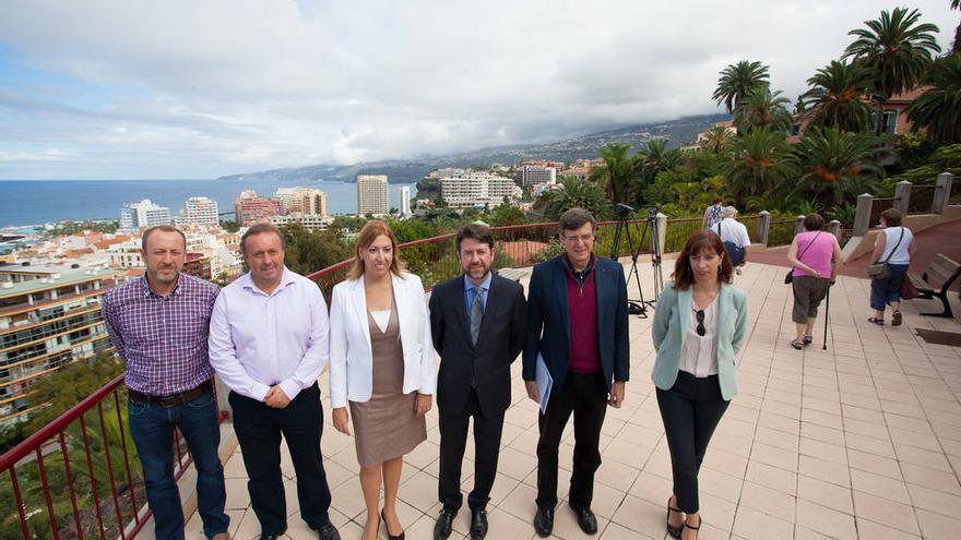 El presidente del Cabildo junto a la alcaldesa del Puerto de la Cruz y otras autoridades.