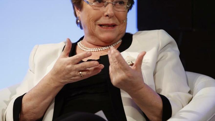 Manifestantes increpan a Bachelet en Madrid por la situación social en Chile