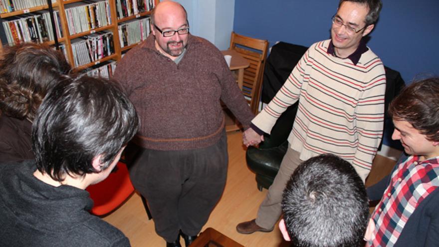 El grupo de gays y lesbianas cristianos de Aldarte se reúne para la oración. /G. A.