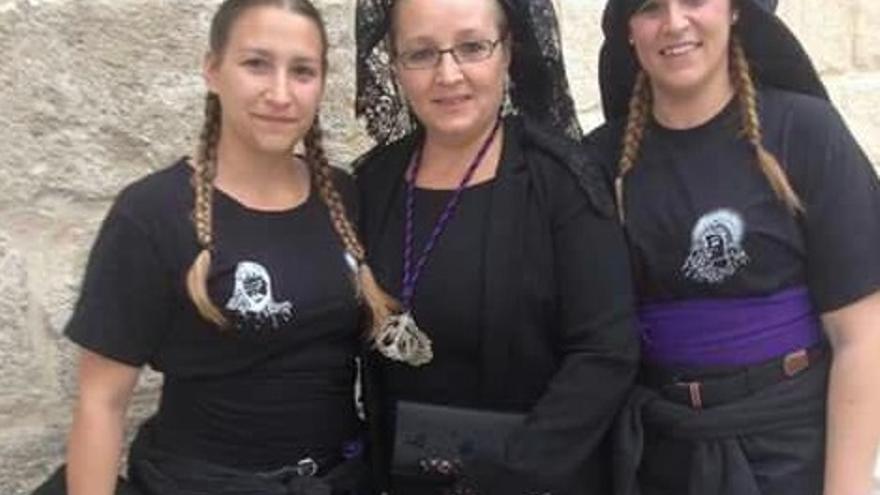 Andrea y Maika, con la madre de la primera en el centro de la imagen.