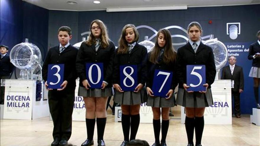 El número 30.875, primer premio del sorteo del Niño / EFE