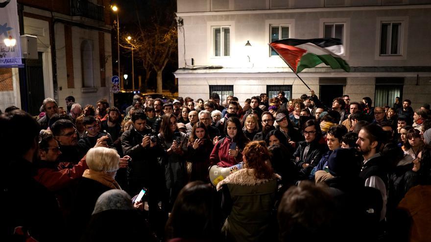 Vecinos de Madrid durante la concentración frente a La Ingobernable